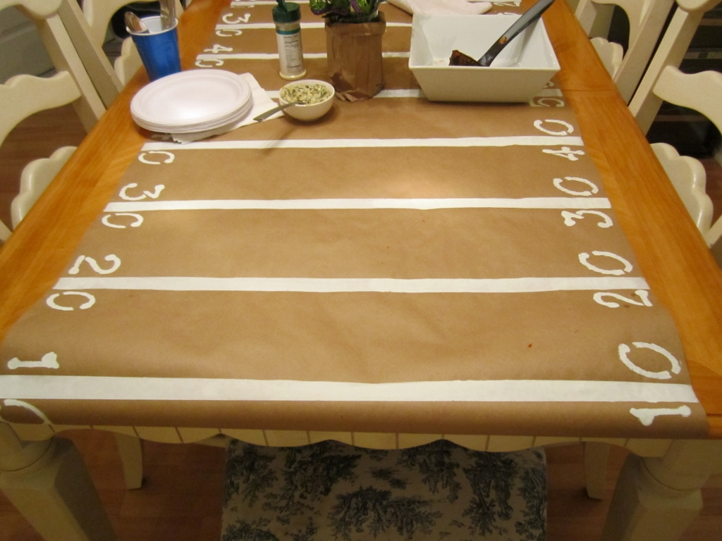 Easy DIY Football Table Runner | missfrugalfancypants.com