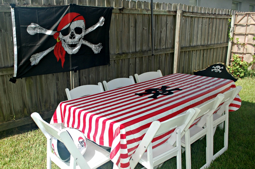 Outdoor Pirate Party   missfrugalfancypants.com