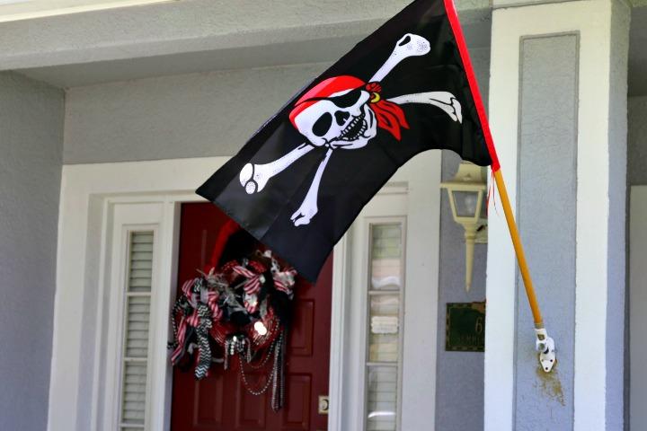 Pirate Party Front Door Decor   Missfrugalfancypants.com