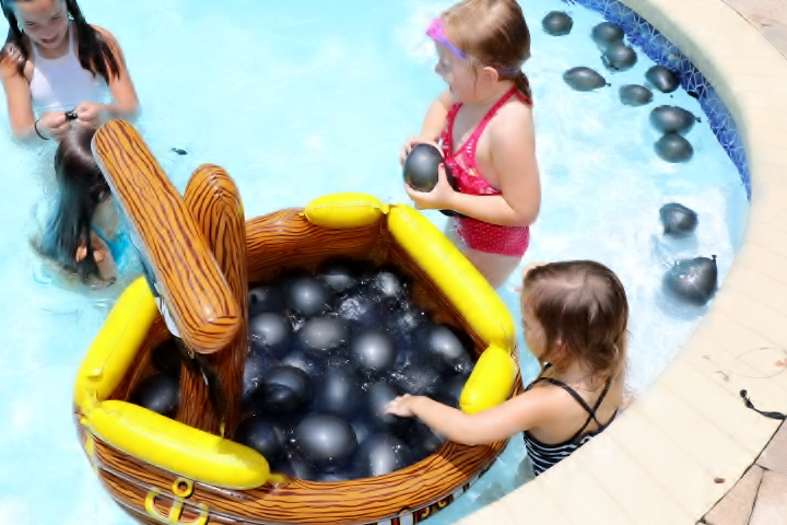 Outdoor Pirate Party Cannonball Waterballoons | Missfrugalfancypants.com