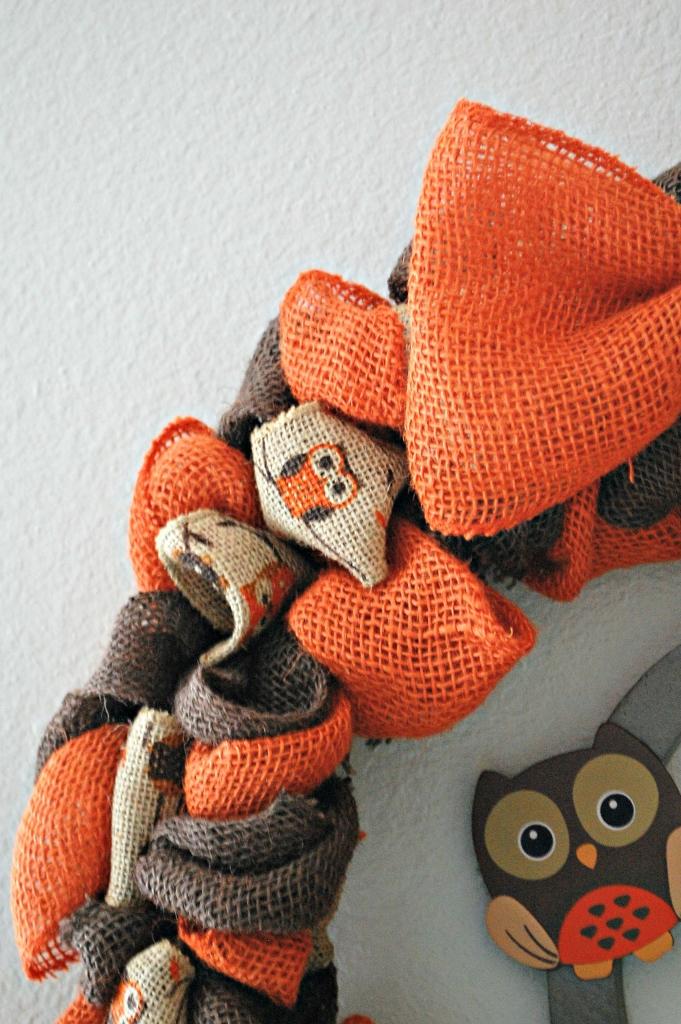 DIY Burlap Owl Wreath for Fall | missfrugalfancypants.com