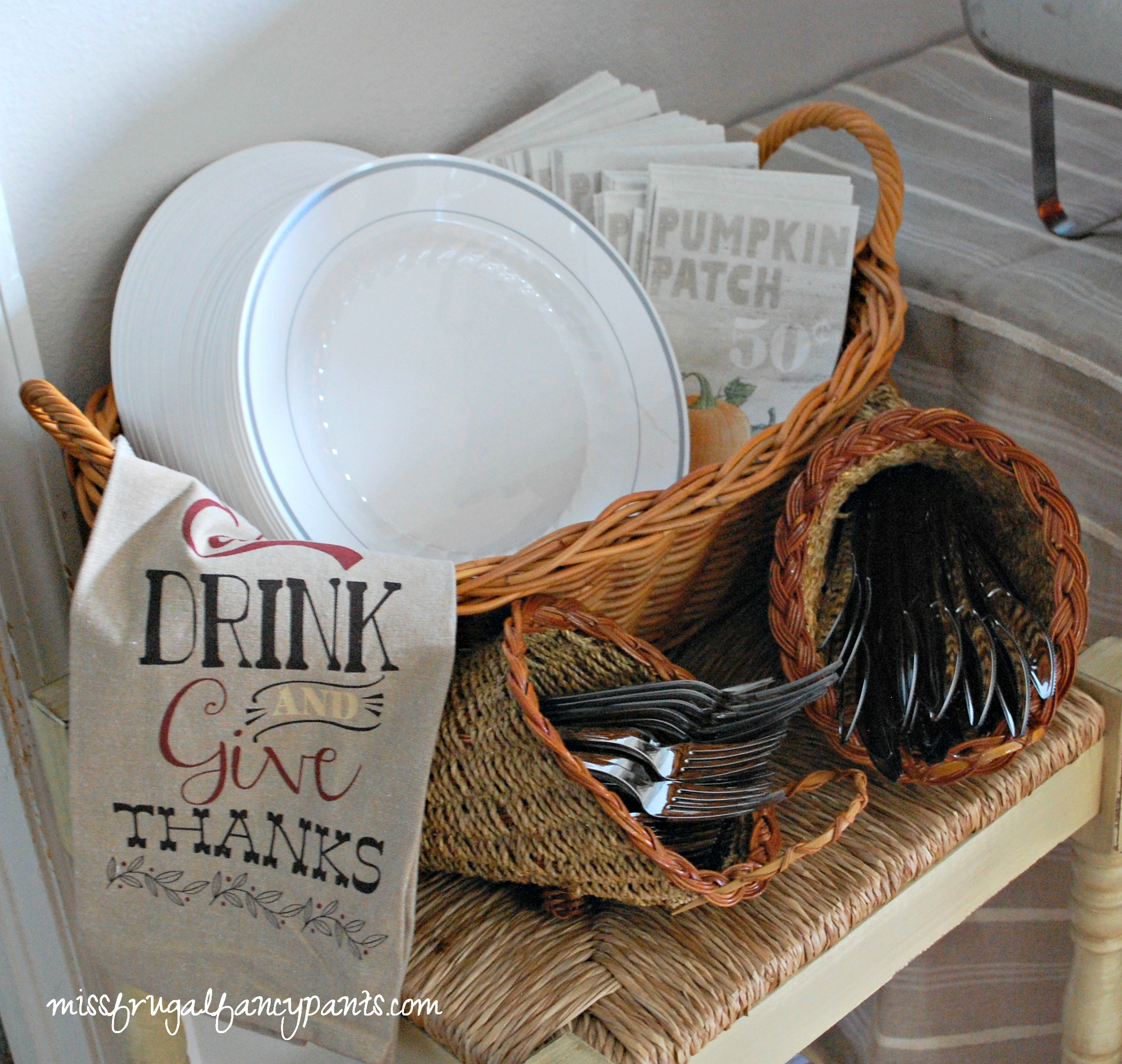 Pros and Cons of Hosting a Large Thanksgiving Feast | missfrugalfancypants.com